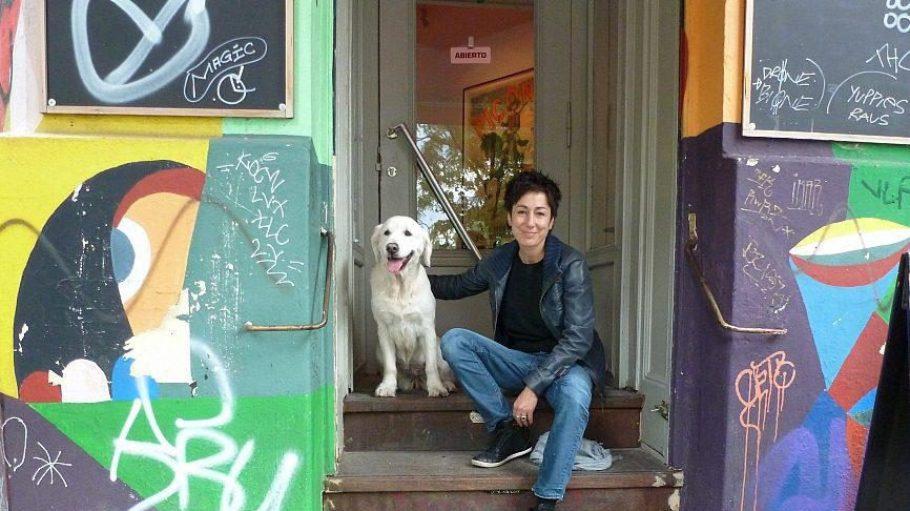 Dunja Hayali mit Emma vor dem ihrer Meinung nach besten Tapas-Laden Berlins, Daniel Brühls Bar Raval.