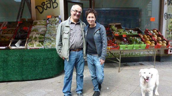 Braucht Dunja Hayali Lebensmittel, dann geht sie gerne zu Ahmet Caliskans Bizim Bakkal in die Wrangelstraße. Der recht kleine Laden hat inzwischen Konkurrenz durch einen großen türkischen Supermarkt bekommen.