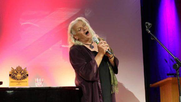 Im E-Werk erhielt Georgette Dee den East Ende Ehrenpreis der Vereine Berliner Theaterviertel East End und Die Mitte - und bedankte sich mit einem Lied.