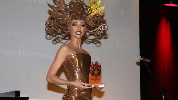Den Preis überbrachte East End-Muse Julia.