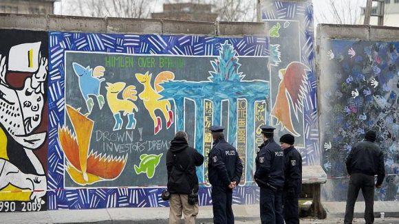 Polizisten überwachen die Bauarbeiten an der East Side Gallery.