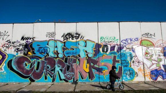 Die East-Side-Gallery, ein Teilstück der Berliner Mauer, ist bei Einheimischen wie Touristen sehr beliebt.