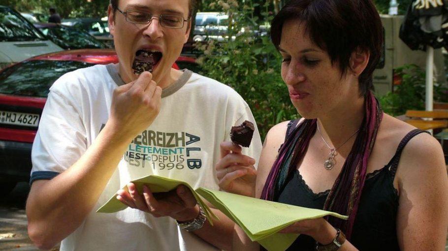 Amerikanische Köstlichkeiten in Berlin: Diese beiden Eat the World-Teilnehmer lassen sich einen saftigen Brownie schmecken.