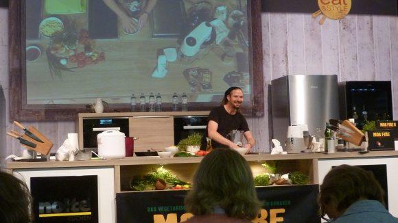 Profis bei der Arbeit: Wenn Steffen Prase kocht, geschieht das nicht im stillen Kämmerlein. Er liefert vegetarische Reggae-Küche inklusive musikalischer Untermalung.