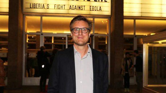 """Zu guter Letzt noch ein Blick ins Kino International in der Karl-Marx-Allee. Dort staunt der Reguisseur Carl Gierstorfer über das Medieninteresse an seinem Dokumentarfilm """"Ebola: Das Virus überleben."""