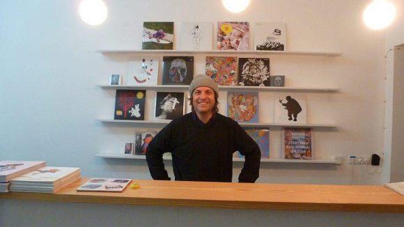 """David Armengou betreibt seit Sommer 2013 """"Echo Bücher"""" in der Grüntaler Straße und ist sehr zufrieden mit der Gegend."""