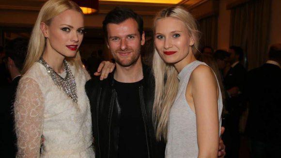 ... Model Franziska Knuppe (links) mit Carolin Niemczyk und Daniel Grunenberg von Glasperlenspiel ...