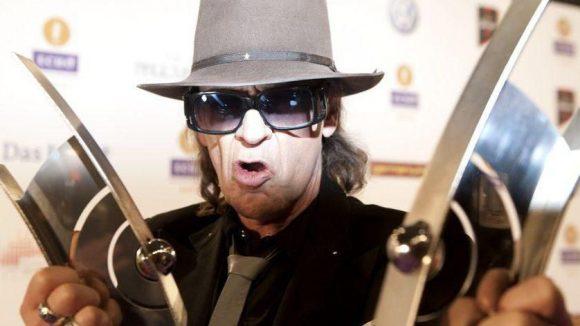Udo Lindenberg mit seinen beiden Trophäen als Künstler Rock / Pop National und Musik-DVD-Produktion National