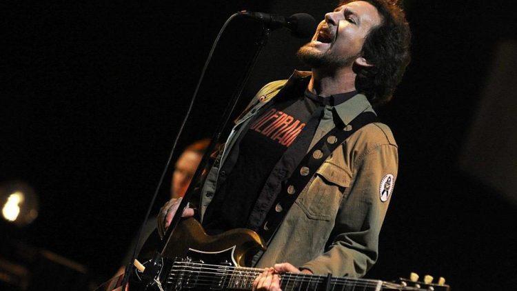 Gestern noch in Wien, heute in Berlin: Eddie Vedder von Pearl Jam gibt alles.