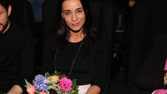 Edita Malovcic hatte währenddessen schon im Kino Platz genommen und sogar einen schönen Strauß Blumen bekommen.