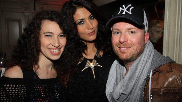 Promi-Reporterin Edith Löhle mit Fiona Erdmann und Chris Götz (PR Camp David).