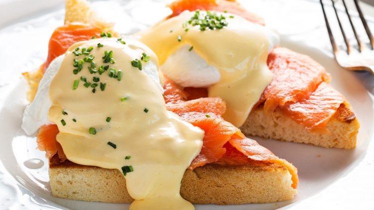"""Im neuen Benedict gibt es zu jedem Frühstück, wie den Royal Eggs Benedict mit Räucherlachs, den """"unbegrenzt nachfüllbaren Brotkorb"""" und ein Heißgetränk oder eine Mimosa."""