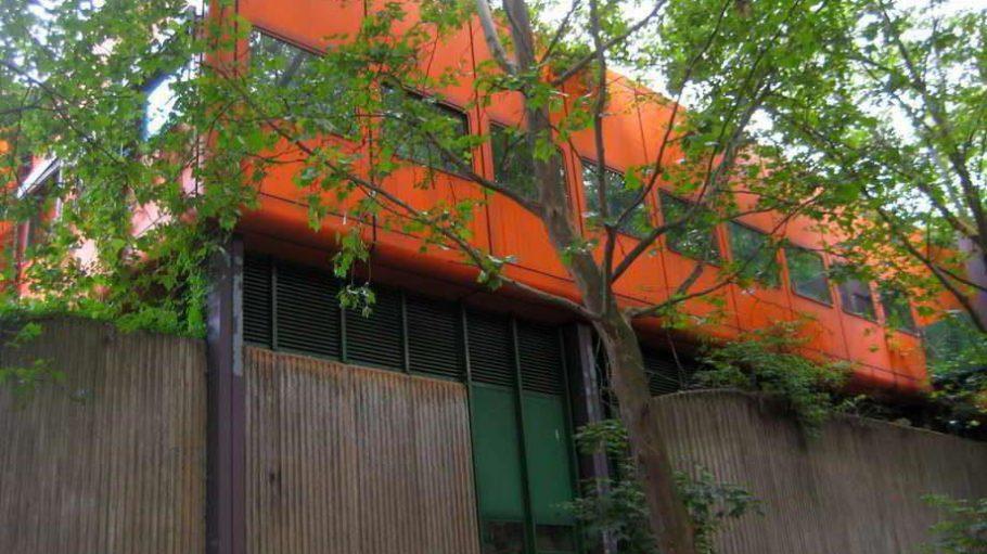 Das ehemalige, inzwischen leer stehende Diesterweg-Gymnasium im Brunnenviertel polarisiert mit seiner Architektur. Hier könnten neue Wohnungen und ein Nachbarschaftszentrum inklusive Kita entstehen.