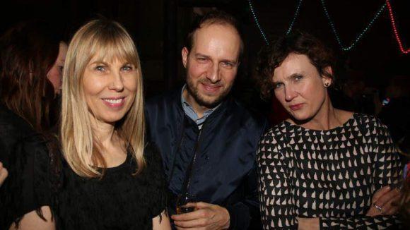 Verlegerin Angelika Taschen neben Monopol-Chefredakteur Holger Liebs und Galeristin Nicole Hackert (rechts).