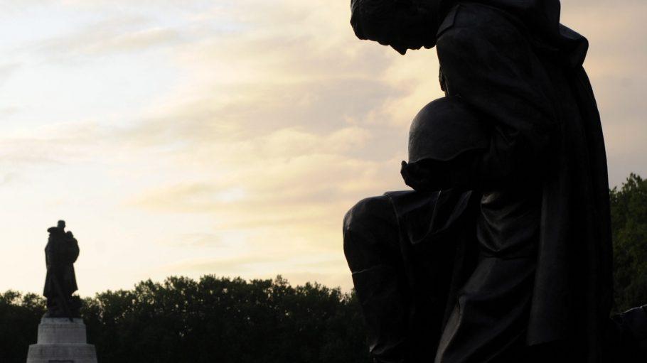 Die Statuen am Ehrenmal im Trepwtower Park wachen über die Rotfrontarmisten, die zu ihren Füßen liegen.