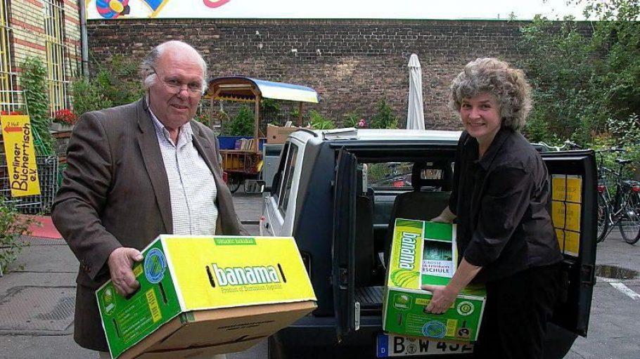Reimar Delley und Ana Lichtwer bei der Buchabholung für den Berliner Büchertisch. Gründerin Lichtwer wird für ihr Engagment mit der Bezirksmedaille Friedrichshain-Kreuzberg ausgezeichnet.