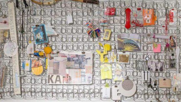 Ein ausgedientes Matratzengestell dient als kreative Pinnwand.