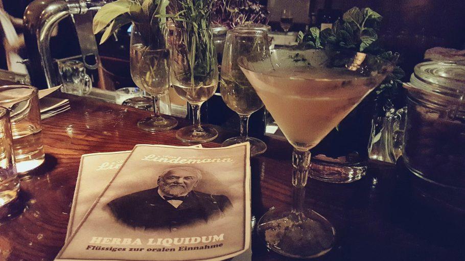 """Dank Herr Lehmann trinken wir unsere """"Kräutermedizin"""" jetzt auch ganz brav."""