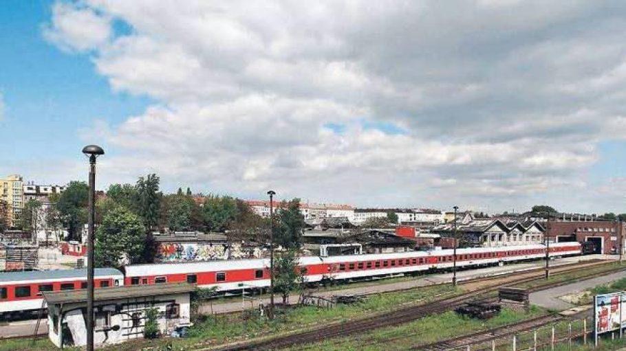 Ein Eisenbahnidyll. Bis zum Mauerfall Reichsbahnausbesserungswerk, kurz: RAW, danach Ort der Subkultur. Das Foto entstand auf der Warschauer Brücke.