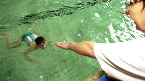Ein Junge beim Schwimmunterricht.