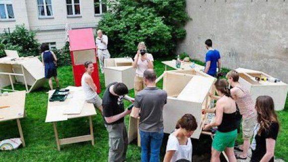 Im BMW Guggenhaim Lab auf dem Pfefferberg konnten sich neugierige Bastler sich an den Bau der kleinen Häuser machen.