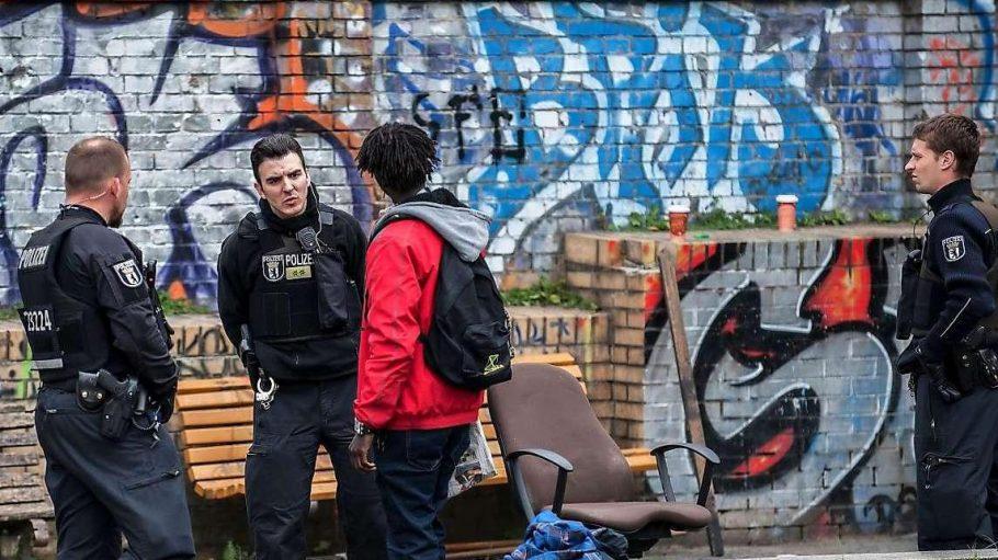 Ein (viel zu) seltenes Bild: Polizisten im Görlitzer Park.