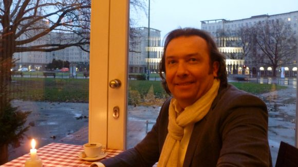"""Geschäftsmann Einar Skjerven im """"A Mano"""" am Strausberger Platz, über den er bei jedem Wetter nur Gutes zu berichten weiß."""