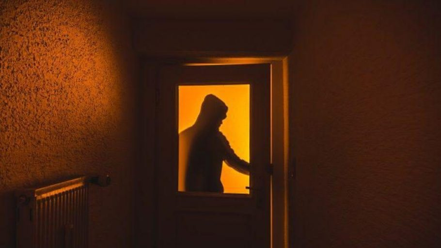 Einbrecher kommen meist im Dunkeln, sind aber durch technische Maßnahmen gut von ihrem Vorhaben abzubringen.
