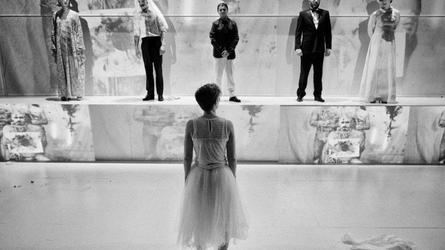 """Eine Szene aus dem Stück """"Der Schuss 2-6-1967"""" in der Neuköllner Oper."""