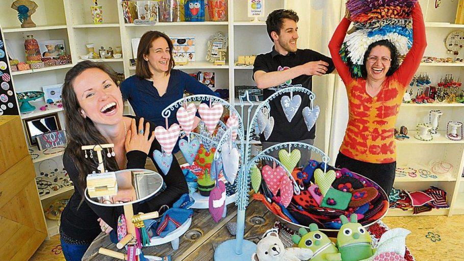 Dianna Leifeld (links) mietet ein Fach im Laden von Gemma Macias (2.v.l.) und verkauft so ihre Ketten. Albena häkelt Kissenbezüge (r.). Pecho macht Möbel aus Paletten.