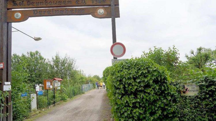 Lange Tradition. Wie das hölzerne Eingangsportal zeigt, gibt es die Kleingartenkolonie Oeynhausen seit 110 Jahren.