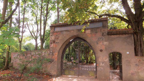 Das Eingangsportal zur denkmalgeschützten Dorfkirche Tempelhof. Vorsicht: Kopfstoßgefahr!