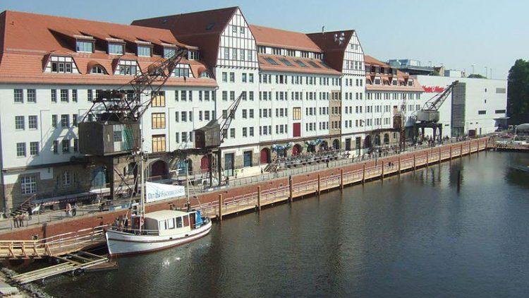 """Zu diesem Shoppingcenter am Tempelhofer Hafen bringt die Einkaufwütigen ab sofort eine kostenlose Fähre. Am 29.04.2009 wurde das """"Einkaufszentrum Tempelhofer Hafen"""" eröffnet."""