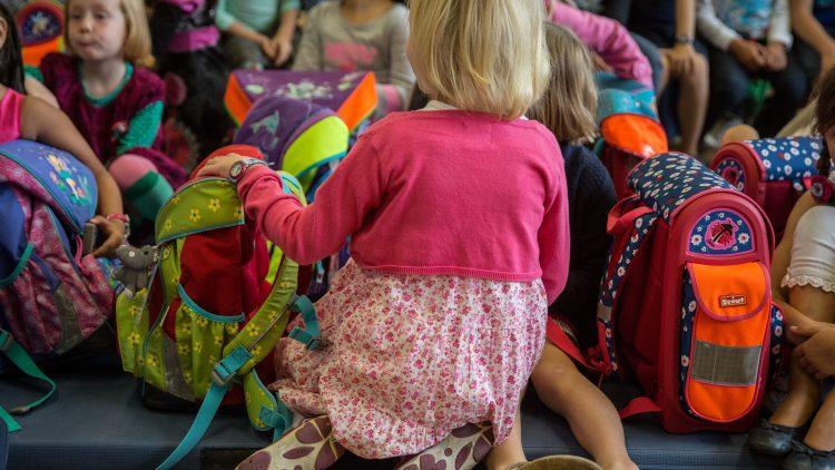 Viele Kids in Berlin drücken heute erstmals die Schulbank. Zu den frisch Eingeschulten gehören auch viele Flüchtlingskinder.