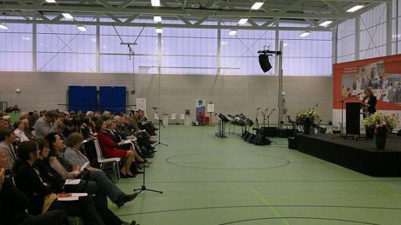Das Publikum war zahlreich erschienen. Im roten Kleid sitzt Schirmherrin Christina Rau in der ersten Reihe.