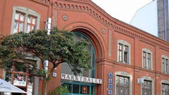 Einer der zwei Eingänge der Eisenbahn-Markthalle in Kreuzberg
