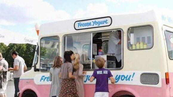 Obwohl es hier so aussieht: Nicht nur Kinder fahren im Sommer auf Frozen Yogurt ab.