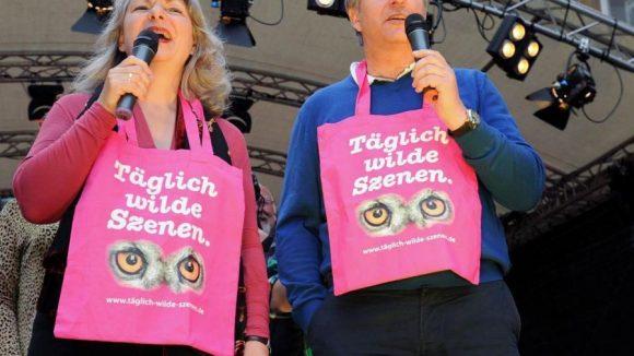 Klaus Wowereit neben der Ehrenschirmherrin Elisabeth Ziemer (Grüne) bei der Eröffnung des Lesbisch-Schwulen Stadtfests im letzten Jahr.