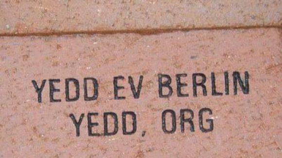 Der deutsch-algerische Kulturverein Yedd setzt sich nicht nur in Berlin für eine friedliche Gemeinschaft und Völkerverständigung ein: Yedd leistete 2008 seinen Beitrag in den USA mit einem Pflasterstein im Abdel Kader City Park in Iowa, der auch Park des Friedens genannt wird.