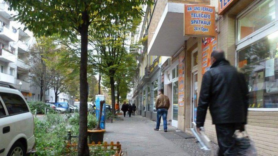 Turmstraße Ecke Emdener Straße. Mit viel Fantasie kann man sich hier die Simon-Dach-Straße des Jahres 2023 vorstellen. An der Ecke wartet ein Kebabladen, es gibt einige Cafés, kleine Zäunchen um die Baumscheiben, bemalte Stromkästen ...