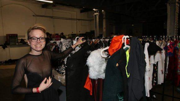 Emilie Svenson mit ihren Stücken. Die Designerin studierte an der bekannten Fashion-Hochschule l'Ecole Supérieure des Arts et techniques de la Mode (ESMOD) in Paris und lebte lange Zeit in Kreuzberg.