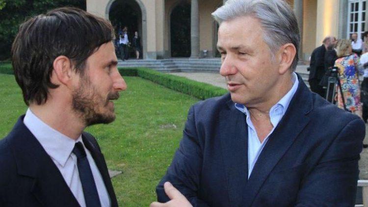 Fachsimpelei unter Männern: Klaus Wowereit (r.) im Gespräch mit Schauspieler Clemens Schick.