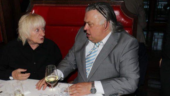 Carmen-Maja Antoni und Bernd Stegemann diskutieren angeregt bei einem Gläschen Wein.