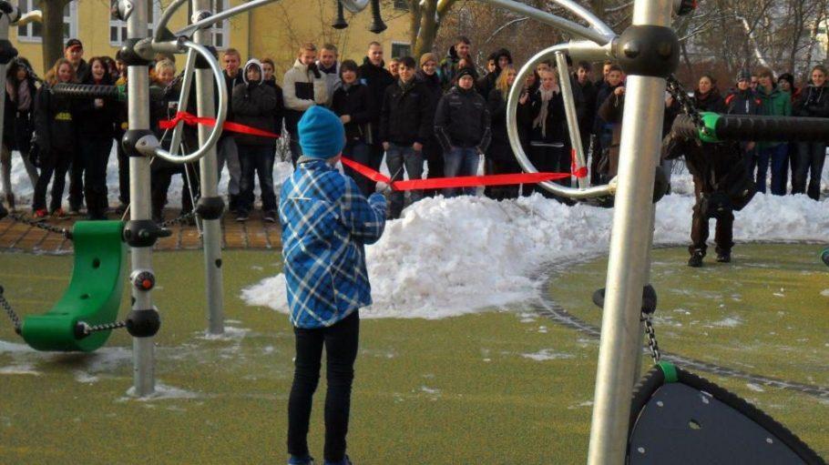 Arthur, Schüler der Klingenberg-Oberschule in Marzahn, zerschneidet zur Eröffnung des neuen Energiespielplatzes das rote Band.