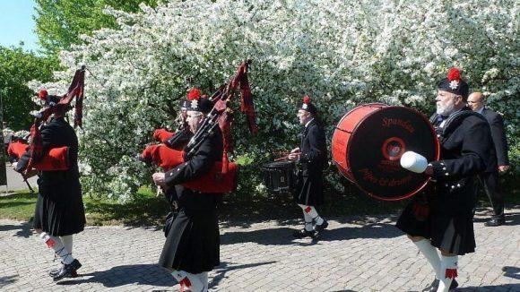 """Die Marching Band """"Spandau Pipes and Drums"""" begleitet die Gäste der Grundsteinlegung durch die Gärten der Welt."""