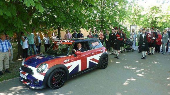 Auf dem Weg zur Grundsteinlegung für den Englischen Garten steuert der stellvertretende britische Botschafter Andrew Noble den Mini der Tourismuskampagne Großbritanniens.