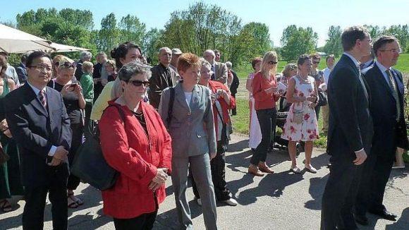 Ebenfalls in die Gärten der Welt gekommen: Die Bundestagsvizepräsidentin Petra Pau (Mitte), die als Abgeordnete für Die Linke den Wahlkreis Marzahn-Hellersdorf vertritt.
