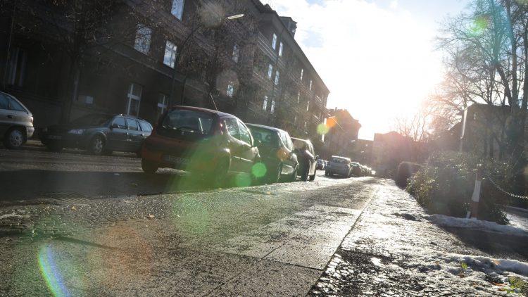 Die Belfaster Straße im Englischen Viertel in der Nachmittagssonne.