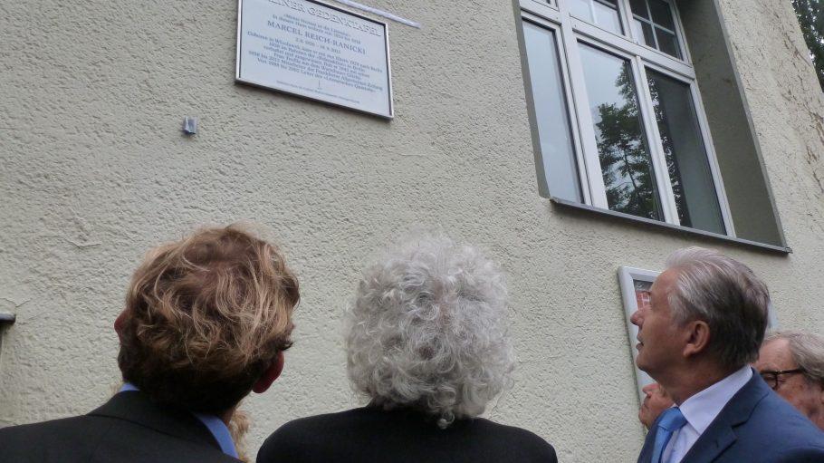 Das ist sie, die neue Gedenktafel an der Güntzelstraße 53. Rechts im Bild: Klaus Wowereit.