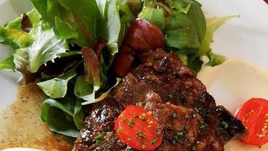 Entrecôte mit Selleriepureé und Balsamico Schalotten – ganz unaufgeregt, super frisch.
